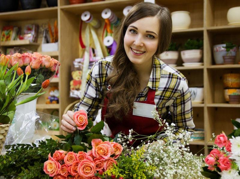 fleuriste souriante se reconvertir professionnellement
