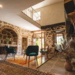 séjour pierre tapis spacieux charme